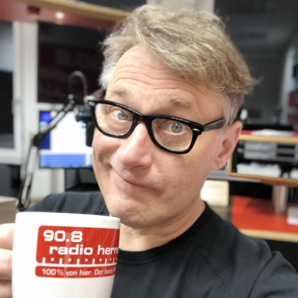Achim Preikschat mit Kaffeetasse